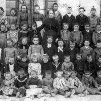 Anno scolastico 1903 - 1904 - Le classi I, II e III della scuola elementare Dante Alighieri di Barcon.