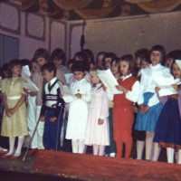 """Anni '70 - Le classi delle elementari in una """"recita"""" sul palco dell'asilo."""