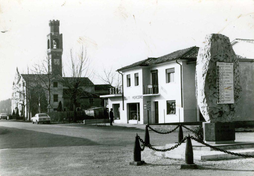 Foto Aurelio Foltran - Cartolina: Barcon (Treviso), Piazza Pola. Ed. P. Antonio - tessuti mercerie dolciumi