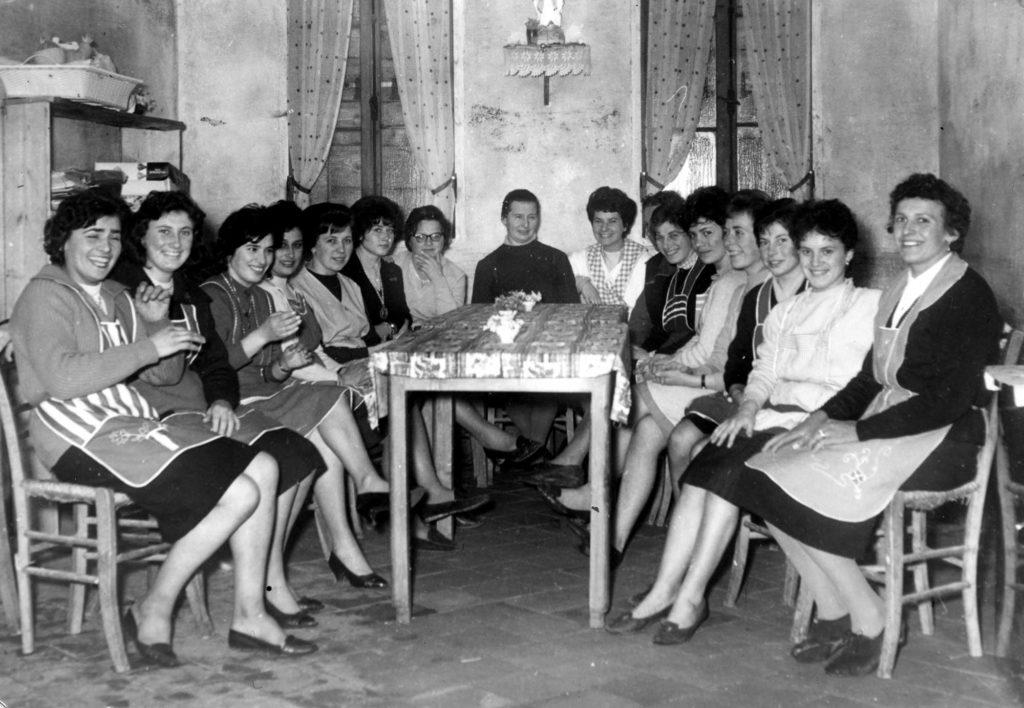 Foto Aurelio Foltran - Scuola economia domestica nella cucina della canonica