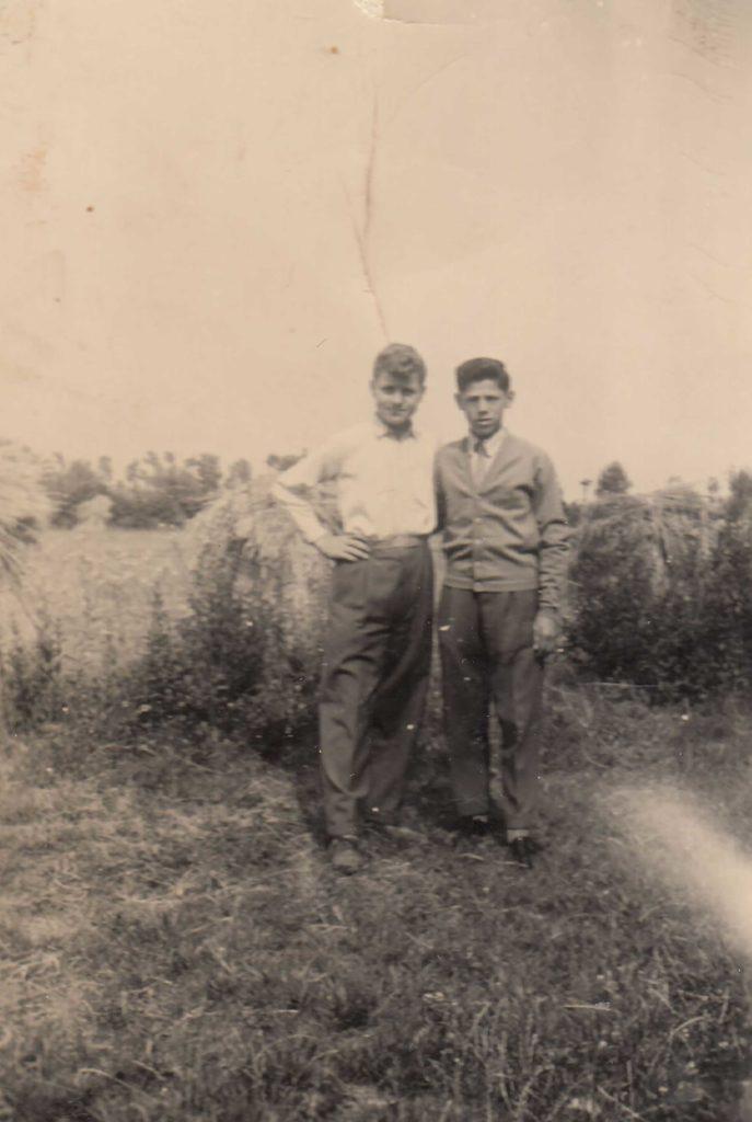 Foto Aurelio Martini - 1956: foto di Aurelio Martini e Giovanni Mazzoccato sul terreno dove verranno edificati l'asilo ed il campo sportivo