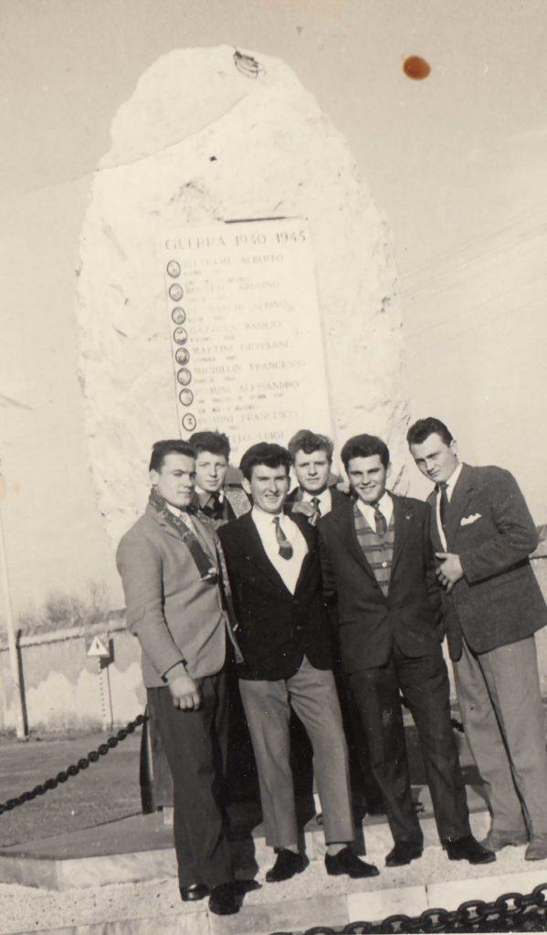 Foto Aurelio Martini - 1958: foto ricordo davanti al nuovo monumento