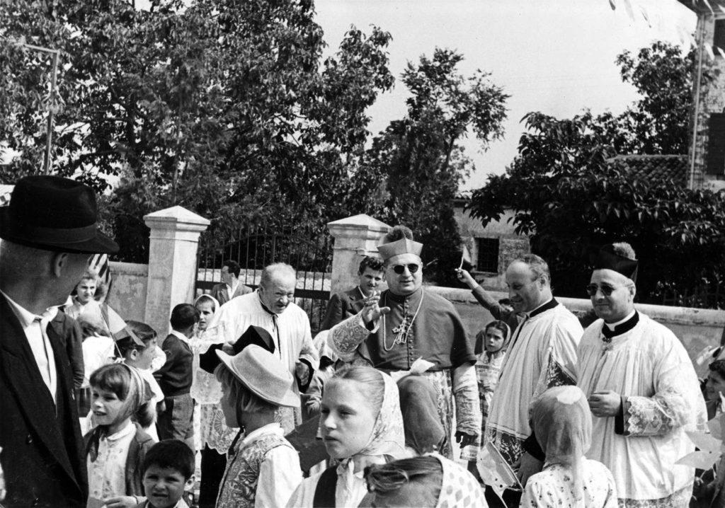 Archivio parrocchiale - 20 giugno 1957: visita del Vescovo di Treviso Mons. Egidio Negrin in occasione della S. Cresima.