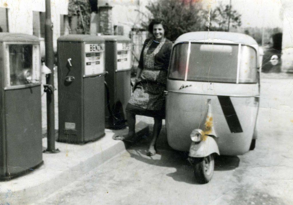 Foto Edda Quaggiotto - Motocarro davanti al vecchio distibutore di benzina in Piazza Cavour