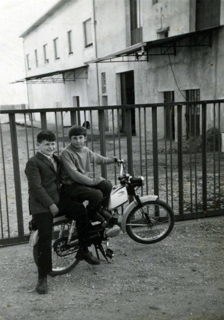 Foto Edda Quaggiotto - Ragazzini fuori del cancello dell'allevamento di tacchini in Via III Armata