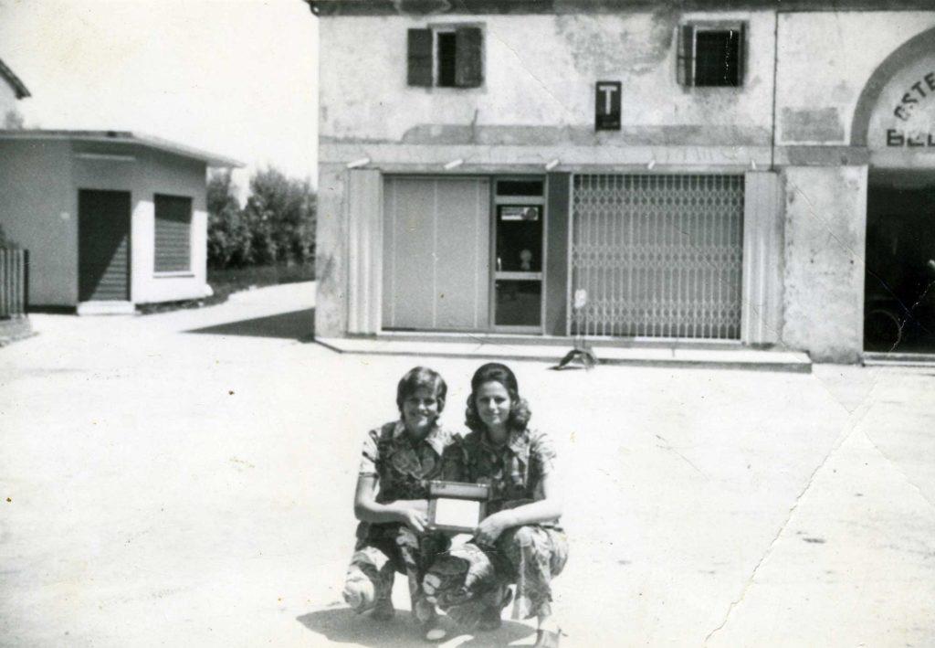 Foto Edda Quaggiotto - 1972: ragazze fotografate in Piazza Cavour. Sullo sfondo la vecchia bottega Occhial e l'Osteria al Belvedere