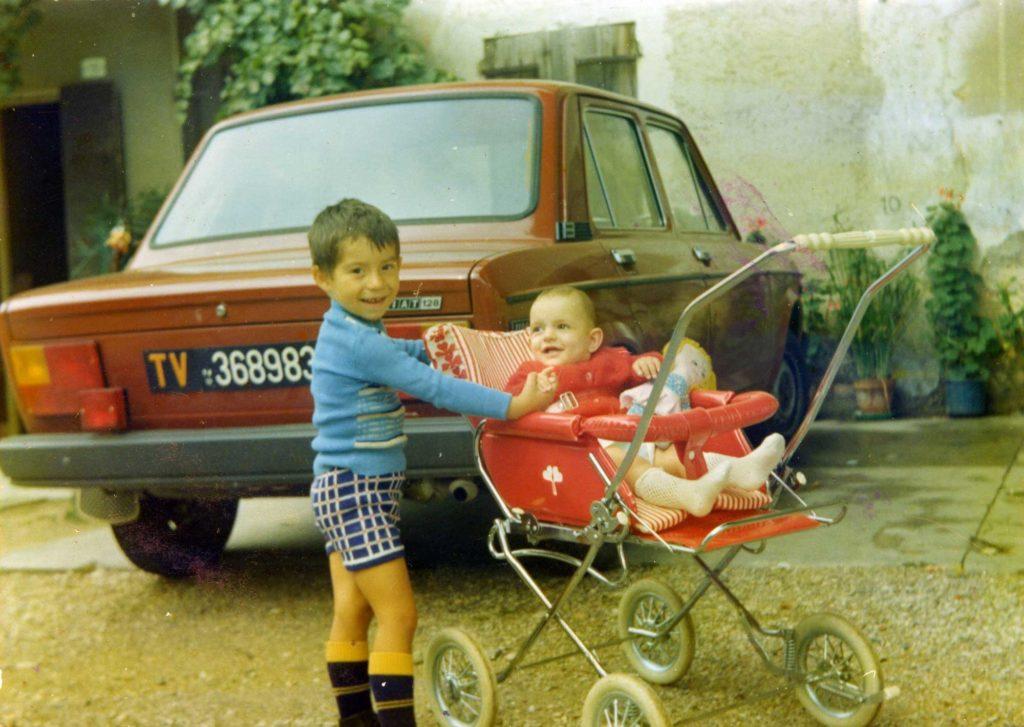 Foto Edda Quaggiotto - Bambini fotografati davanti Villa Pola Cappelletto Quaggiotto