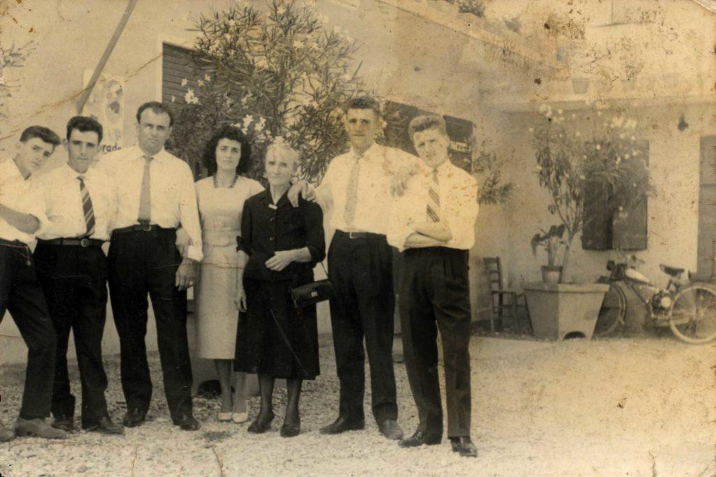 Foto Egidio Martini - 27-08-1960: gli sposi al ricevimento con i parenti