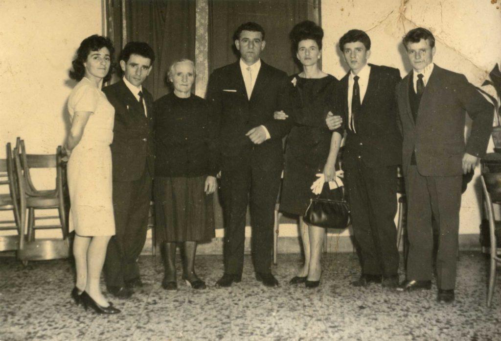 Foto Egidio Martini - 9-11-1963: gli sposi al ricevimento con i parenti