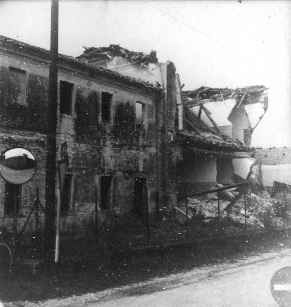 Foto Loris Visintin - L'edificio della scuola elementare 'Dante Alighieri' in fase di demolizione nel 1978