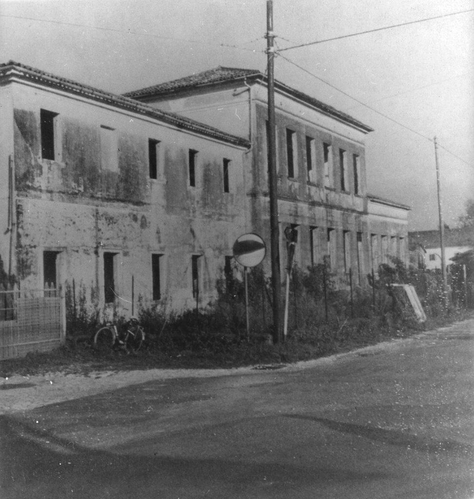 Foto Loris Visintin - L'edificio della scuola elementare 'Dante Alighieri' in disuso e abbandonato nel 1978