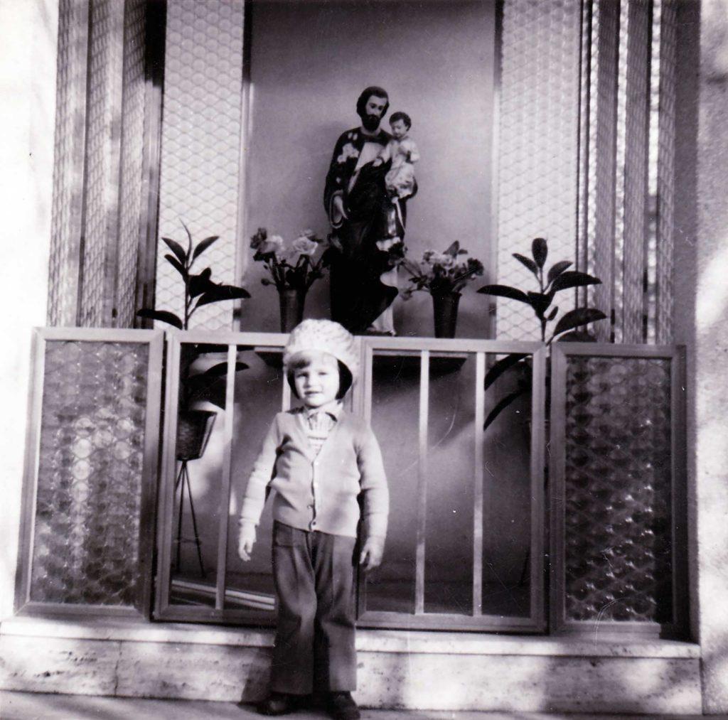 Foto Enrico Soligo - Anni 70: davanti al capitello di S. Giuseppe