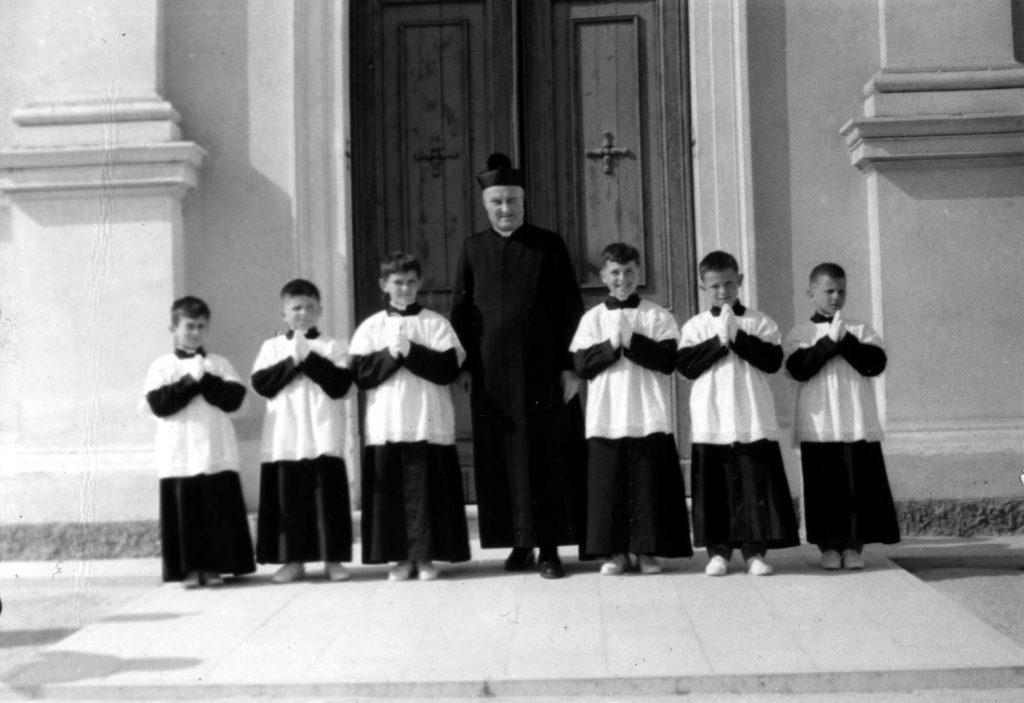 Foto Felice Trinca - 22 aprile 1962: don Alberto Miatello e i suoi chierichetti