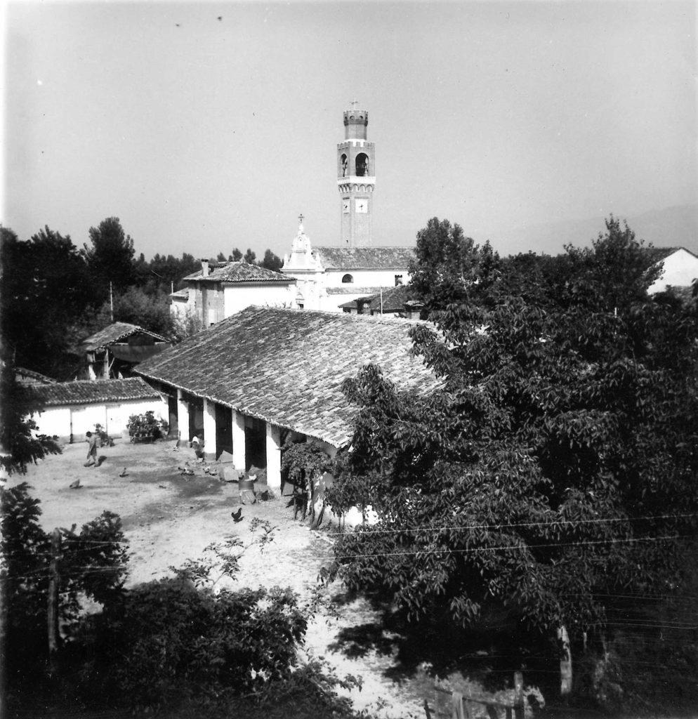 Foto Ida Trinca - 23 agosto 1961: l'aia di casa Martini e sullo sfondo la chiesa parrocchiale viste dalle finestre della Barchessa