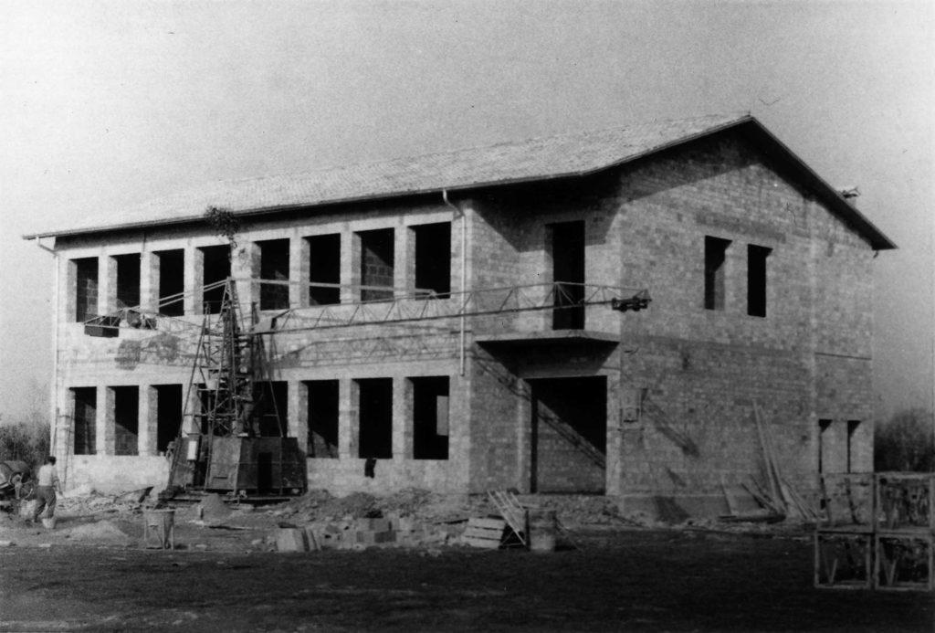 Foto Ida Trinca - 1965: la nuova scuola materna con le opere in muratura ormai complete