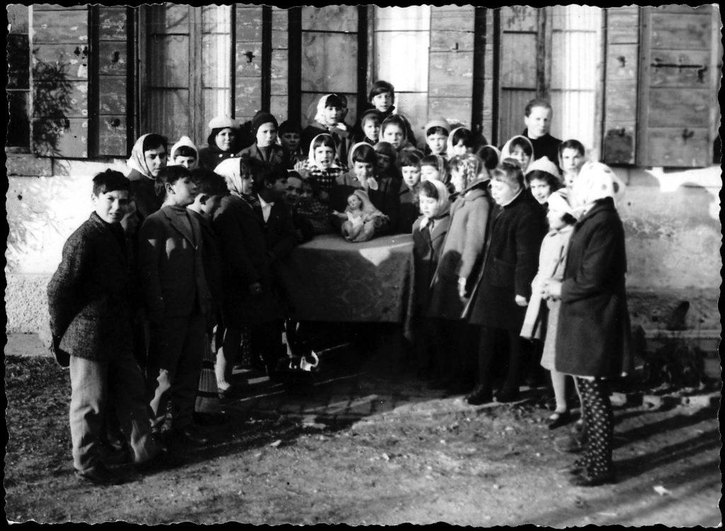 Foto Ida Trinca - Bambini durante le festività natalizie: al centro la statua di Gesù Bambino utilizzata ancora oggi nelle celebrazioni del Natale