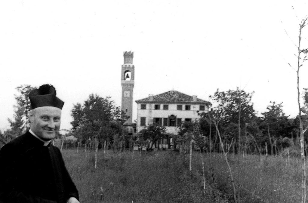 Foto Ida Trinca - La canonica e il campanile visti da sud: in primo piano don Alberto Miatello