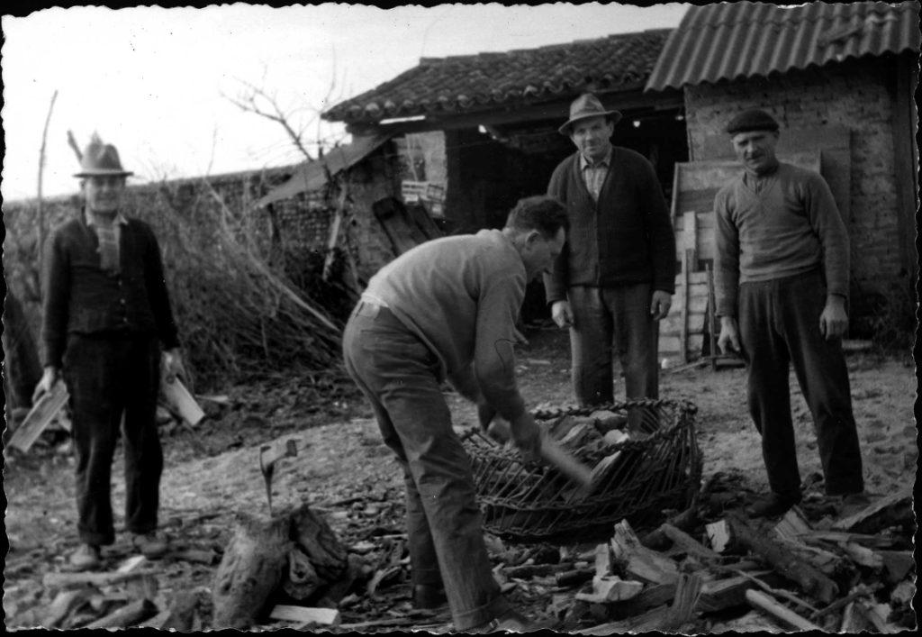 Foto Ida Trinca - Spaccare legna in canonica