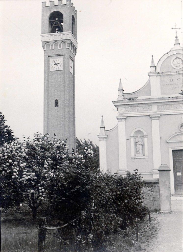 Foto Ida Trinca - Il campanile e la chiesa dal giardino della canonica