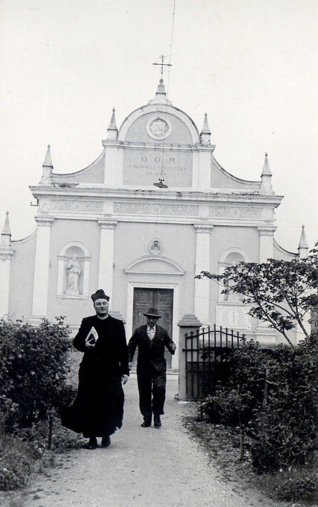 Foto Ida Trinca - La chiesa dal vialetto di ingresso alla canonica