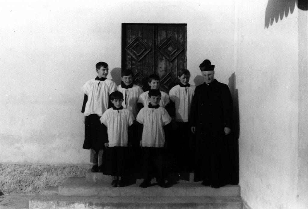 Foto Ida Trinca - 1967: i chierichetti con don Alberto Miatello pronti per la messa sui gradini della vecchia sacrestia