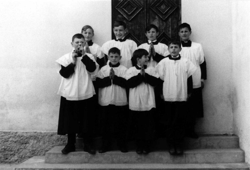 Foto Ida Trinca - 1967: i chierichetti pronti per la messa sui gradini della vecchia sacrestia