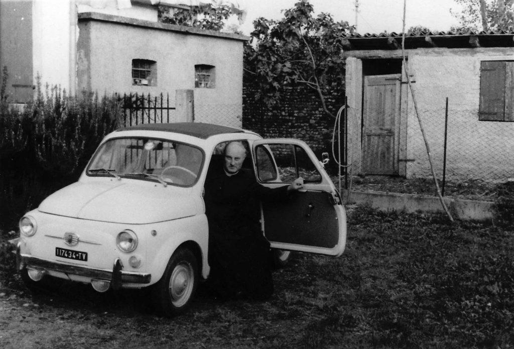 Foto Ida Trinca - Don Alberto Miatello e la sua Fiat 500 parcheggiata sul retro della canonica
