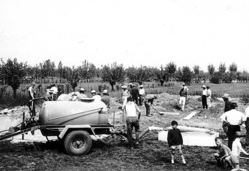 Foto Ida Trinca - 16 maggio 1965: l'opera dei volontari del paese nei lavori per la costruzione della nuova scuola materna