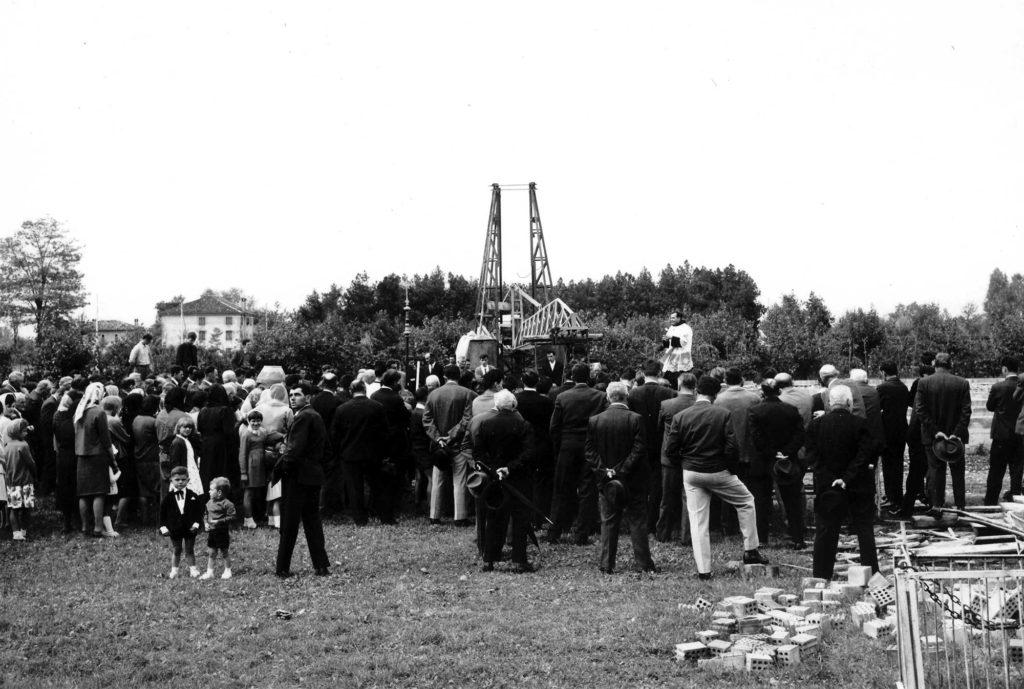 Foto Ida Trinca - 1965: la celebrazione della posa della prima pietra della nuova scuola materna officiata da padre Cristoforo Cavarzan
