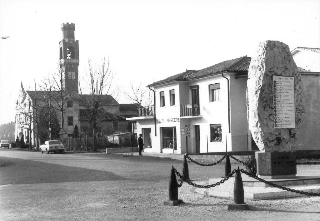 Foto Marino Binotto - Via Stazione: in primo piano il Monumento ai Caduti