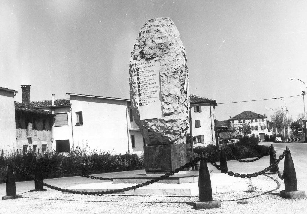 Foto Marino Binotto - Piazza Pola: il Monumento ai Caduti visto da sud, nella collocazione originaria nel centro di Piazza Pola