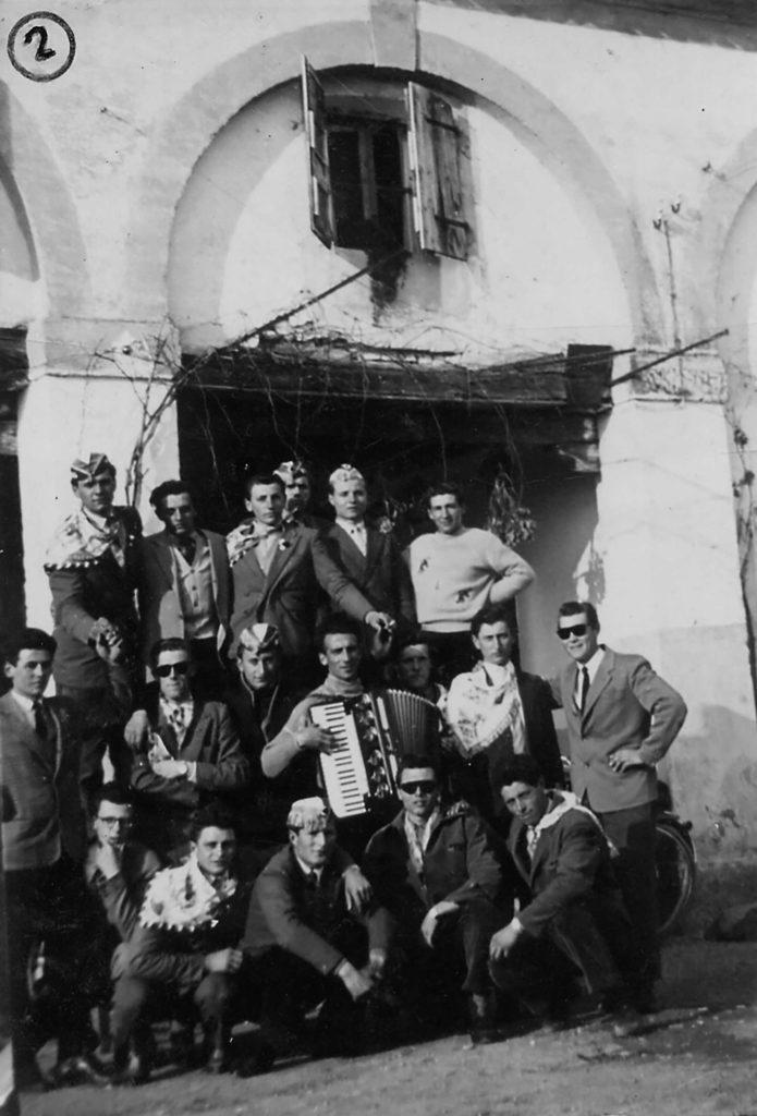 Foto Mario Soligo - 1956: foto dei coscritti della classe del 1936 in piazza Cavour. (Queste semenze sono nate nel 1936 e sono germogliate nel 1956)
