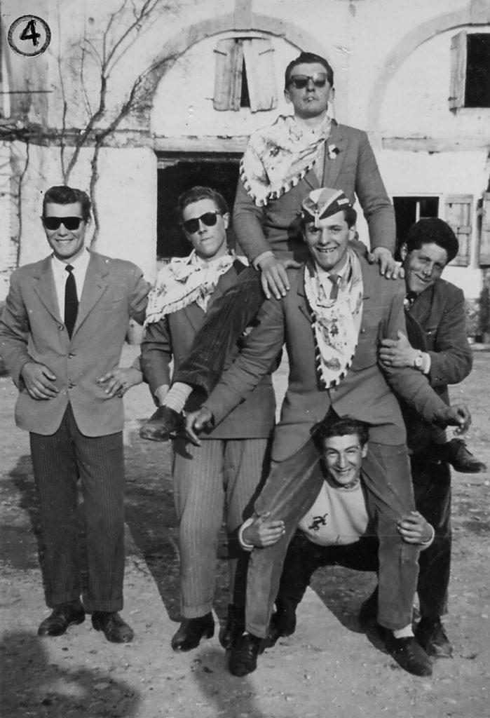 Foto Mario Soligo - 1956: foto dei coscritti della classe del 1936 in piazza Cavour. (E viva la classe del 1936)