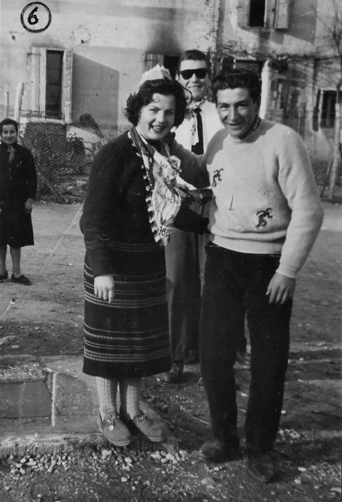 Foto Mario Soligo - 1956: foto dei coscritti della classe del 1936 in piazza Cavour. (Come tutti sappiamo che la corrente elettrica e una corrente forte, guai a chi tocca il 36 perché sarà pericolo di morte)