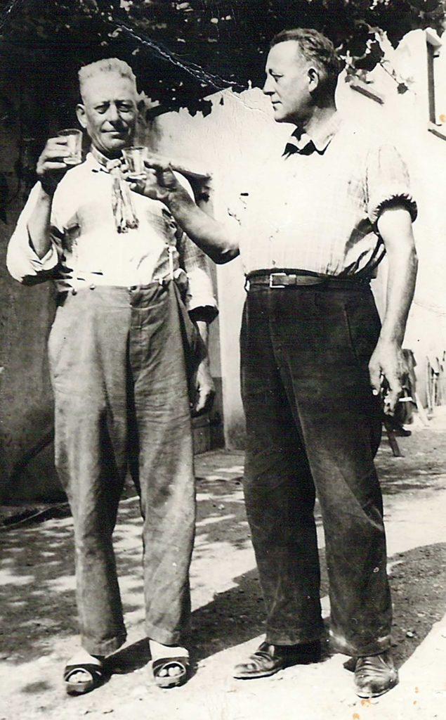 Foto Maurizio Soligo - Anni '50: brindisi tra fratelli