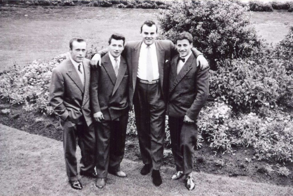 Foto Mazzoccato-Trinca - 1960 ca: Paolo con gli amici nei giardini di Melbourne (Australia)