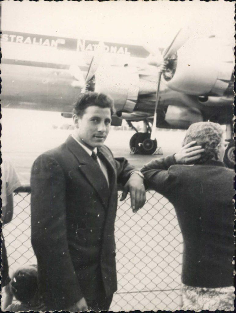 Foto Mazzoccato-Trinca - 1960 ca: Paolo all'aereoporto di Melbourne, Essendon (Australia).