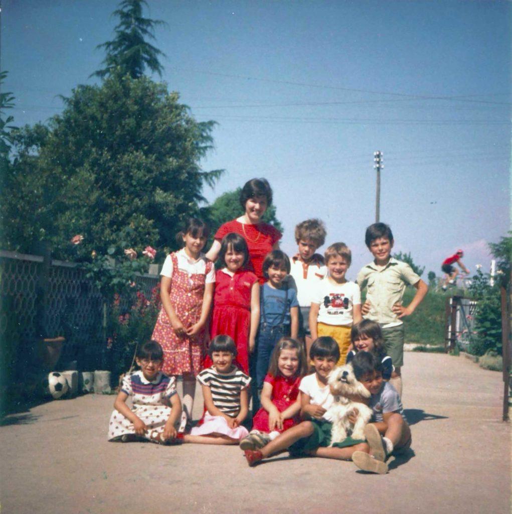 Foto Nerina Pinarello - La maestra Nerina con la classe 1975