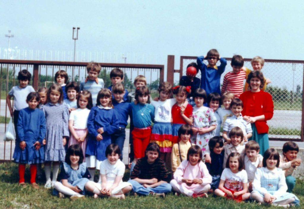 Foto Nerina Pinarello - La maestra Nerina con la classe 1975 ed una classe di Albaredo in visita a Barcon