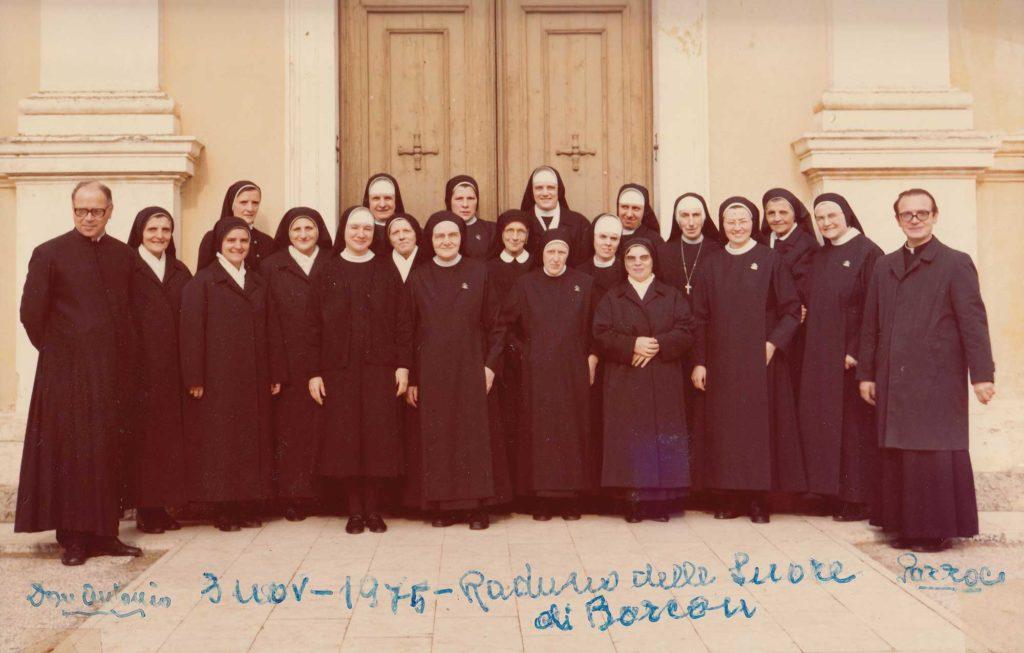Foto Famiglia Pagnan-Tempesta - 3 novembre 1975: i preti e le suore di Barcon