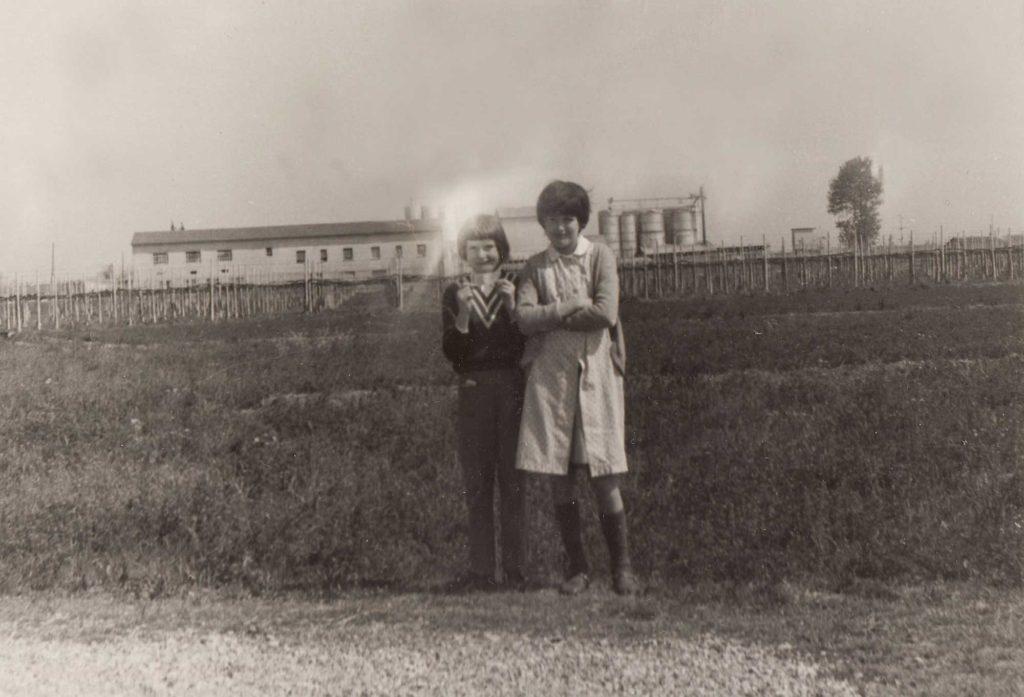 Foto Famiglia Pagnan-Tempesta - Foto di sorelle: sullo sfondo l'allevamento Pan Cristal.
