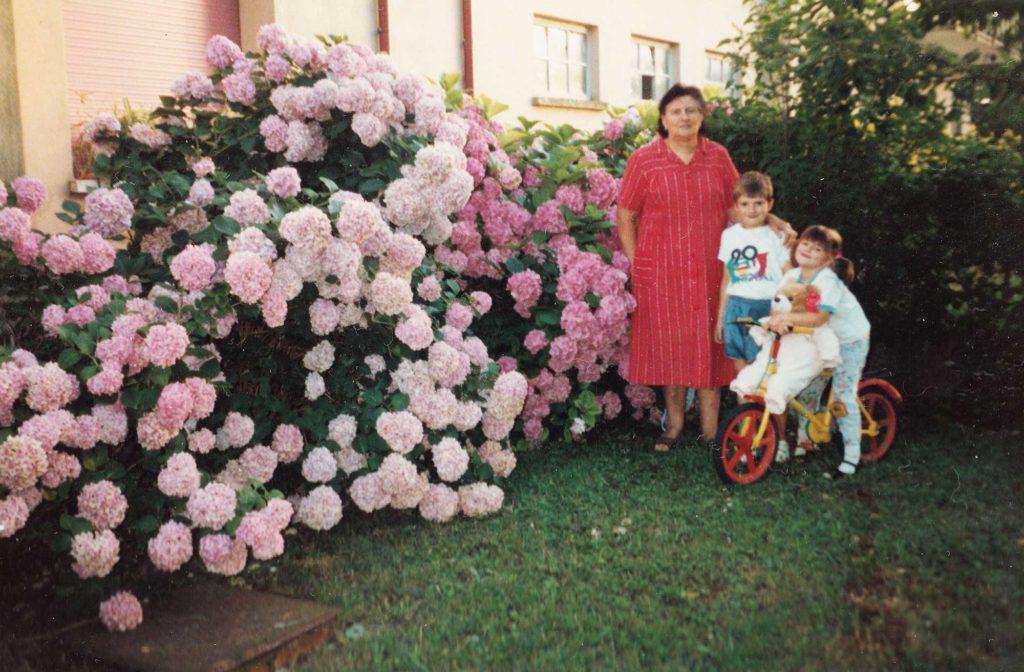Foto Famiglia Pagnan-Tempesta - Nonna e nipoti in giardino