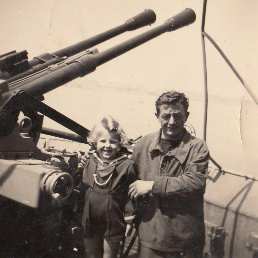 Foto Sorelle Occhial - 1951: Annamaria sull'incrociatore R. Montecuccoli a Taranto