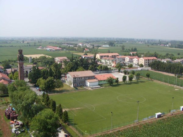 Foto Comune di Vedelago - 2006. Dettaglio dell'area del campo da calcio vista dal fungo