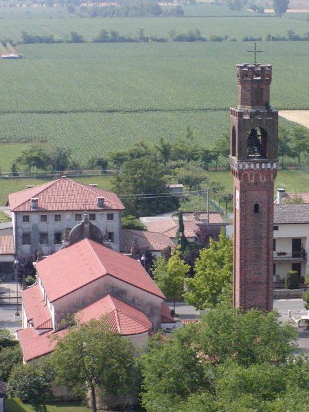 Foto Comune di Vedelago - 2006. Dettaglio dell'abside della chiesa parrocchiale, la torre campanaria e la canonica
