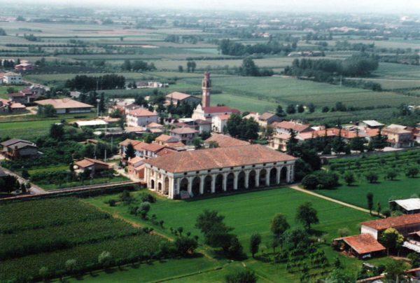 Foto Maurizio Soligo - Anni '90: foto aerea dell'area della Barchessa di Villa Pola