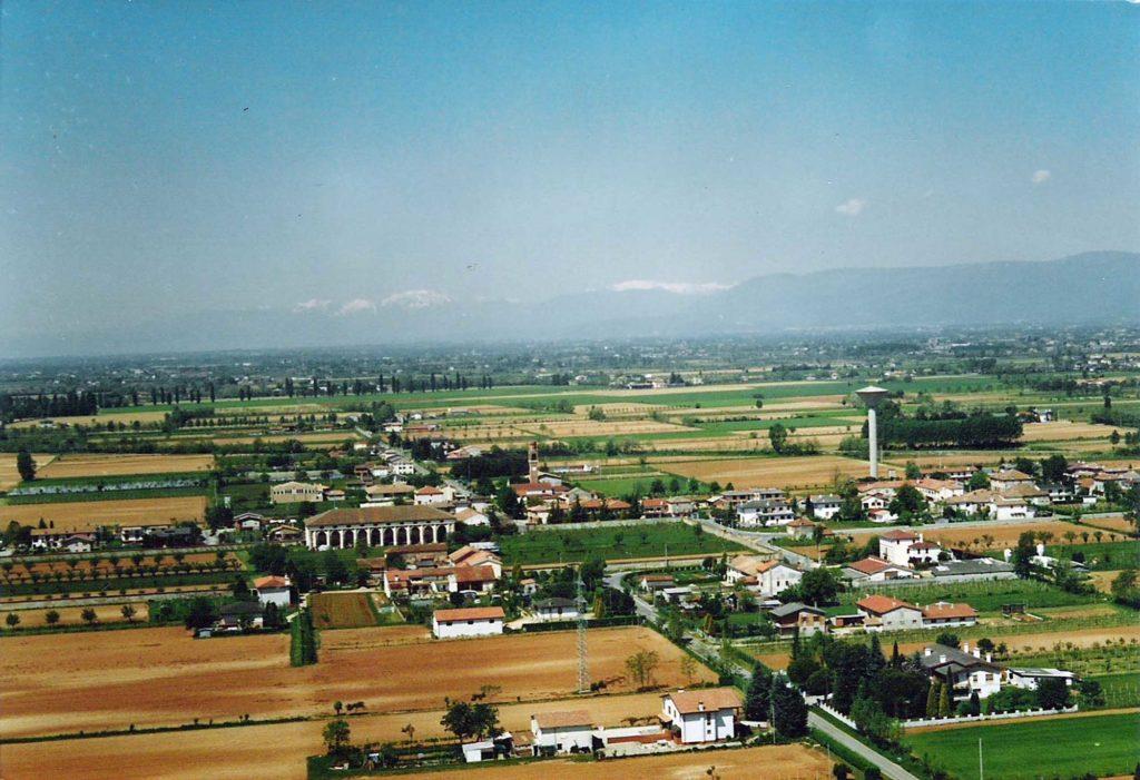 Foto Maurizio Soligo - Anni '90: foto aerea del centro di Barcon visto da est