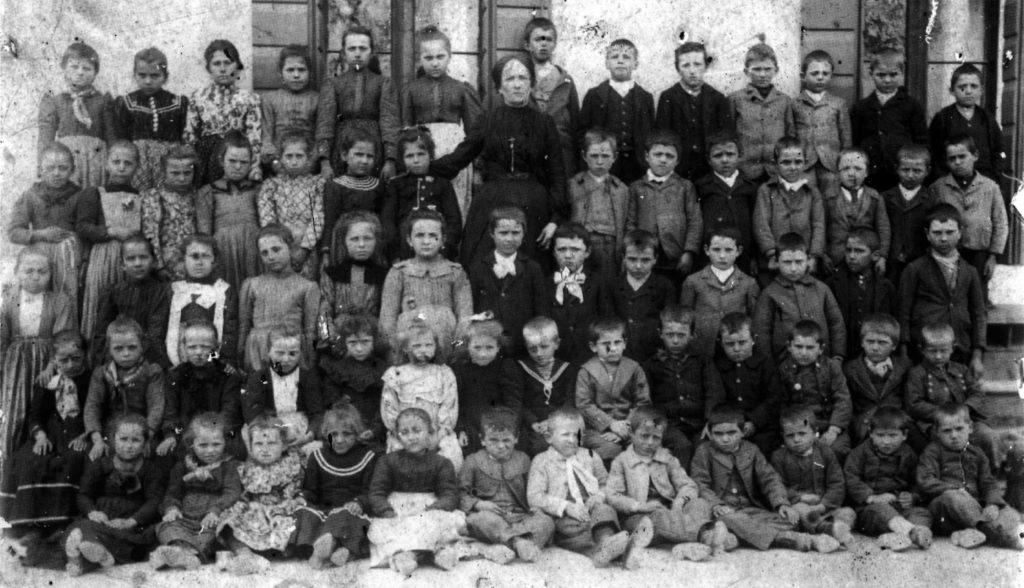 Anno scolastico 1903 - 1904 - Le classi I, II e III della scuola elementare Dante Alighieri di Barcon