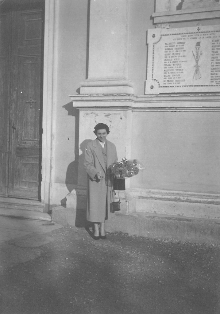 04-11-1956: Ebe Baldi omaggia i caduti in guerra per la ricorrenza del 4 novembre.