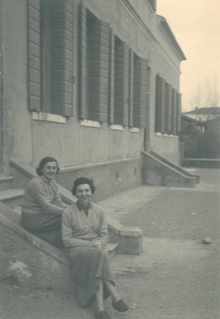 04-11-1956: Ebe Baldi e Liliana Castaldi (maestra a Vedelago) all'ingresso della scuola di Barcon